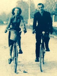 Agustín Bianchi Barros y Julia Laso Jarpa dan un paseo en 1946, Diagonal Oriente, Ñuñoa.